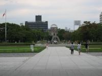 広島平和記念資料館から原爆死没者慰霊碑と原爆ドームをのぞむ